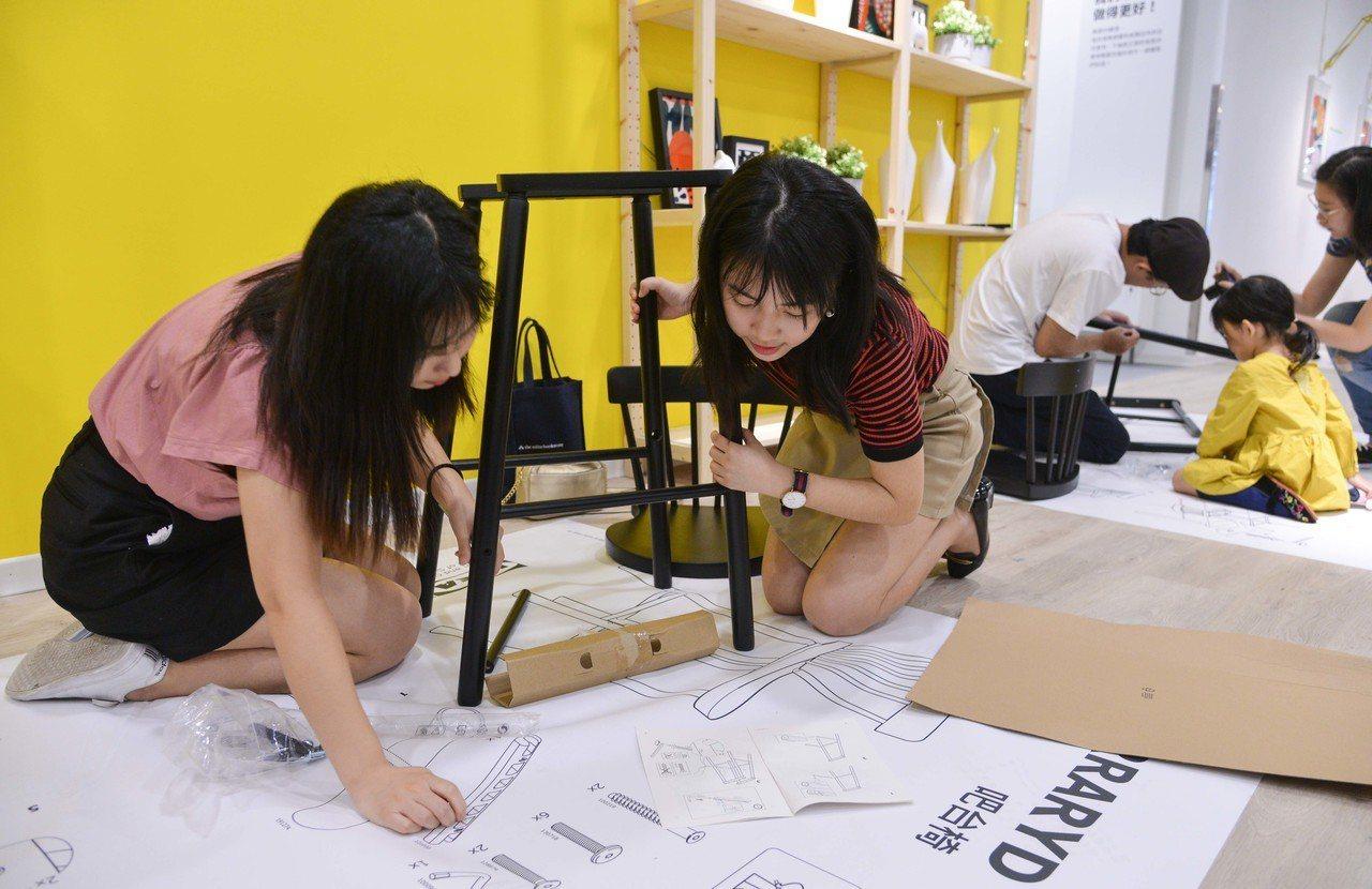 粉絲們親手組裝NORRARYD吧台椅,在IKEA新店店刻畫美好回憶。圖/IKEA...