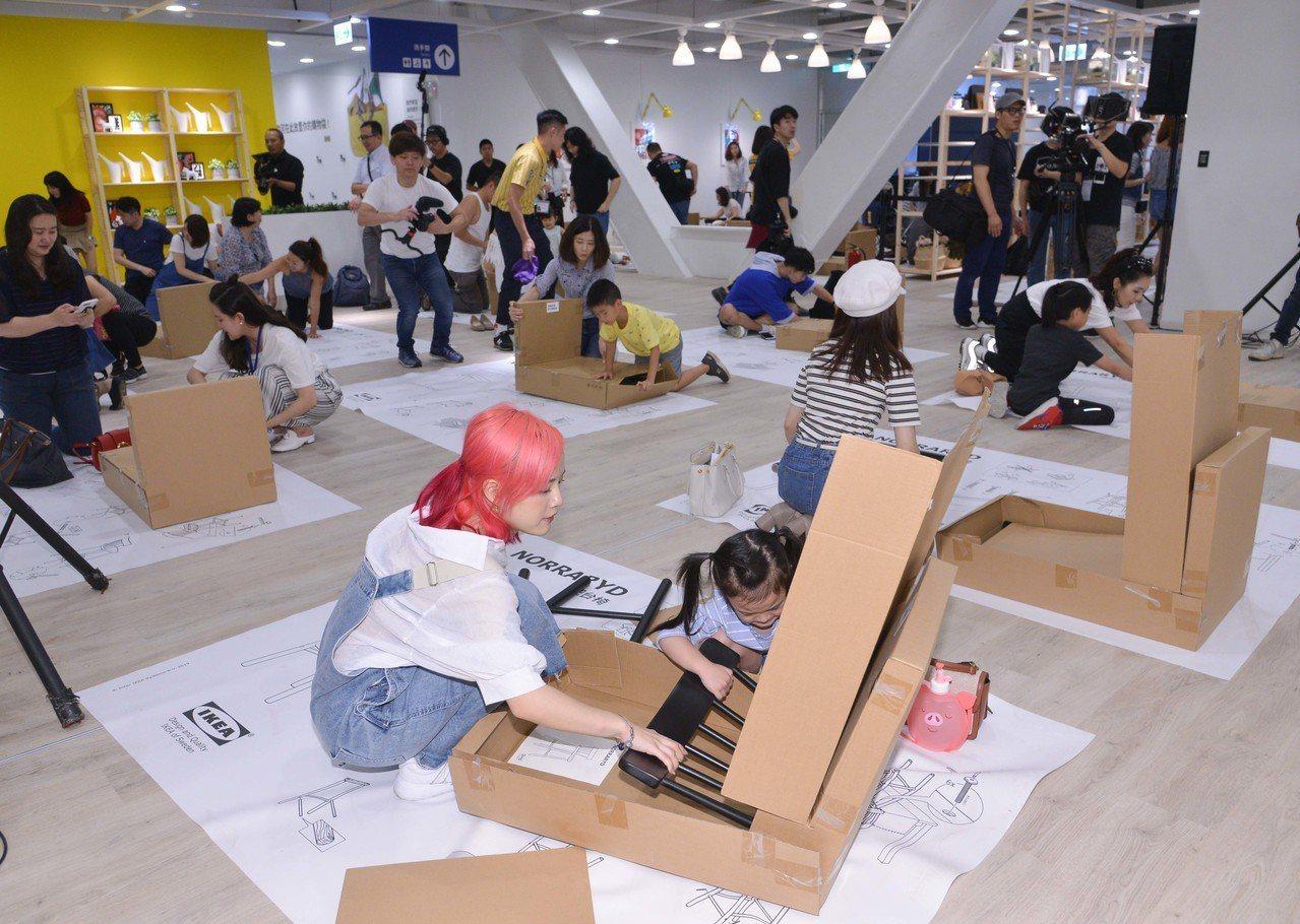 IKEA新店店邀請粉絲同樂,組裝餐椅並刻下自己的名字。圖/IKEA提供