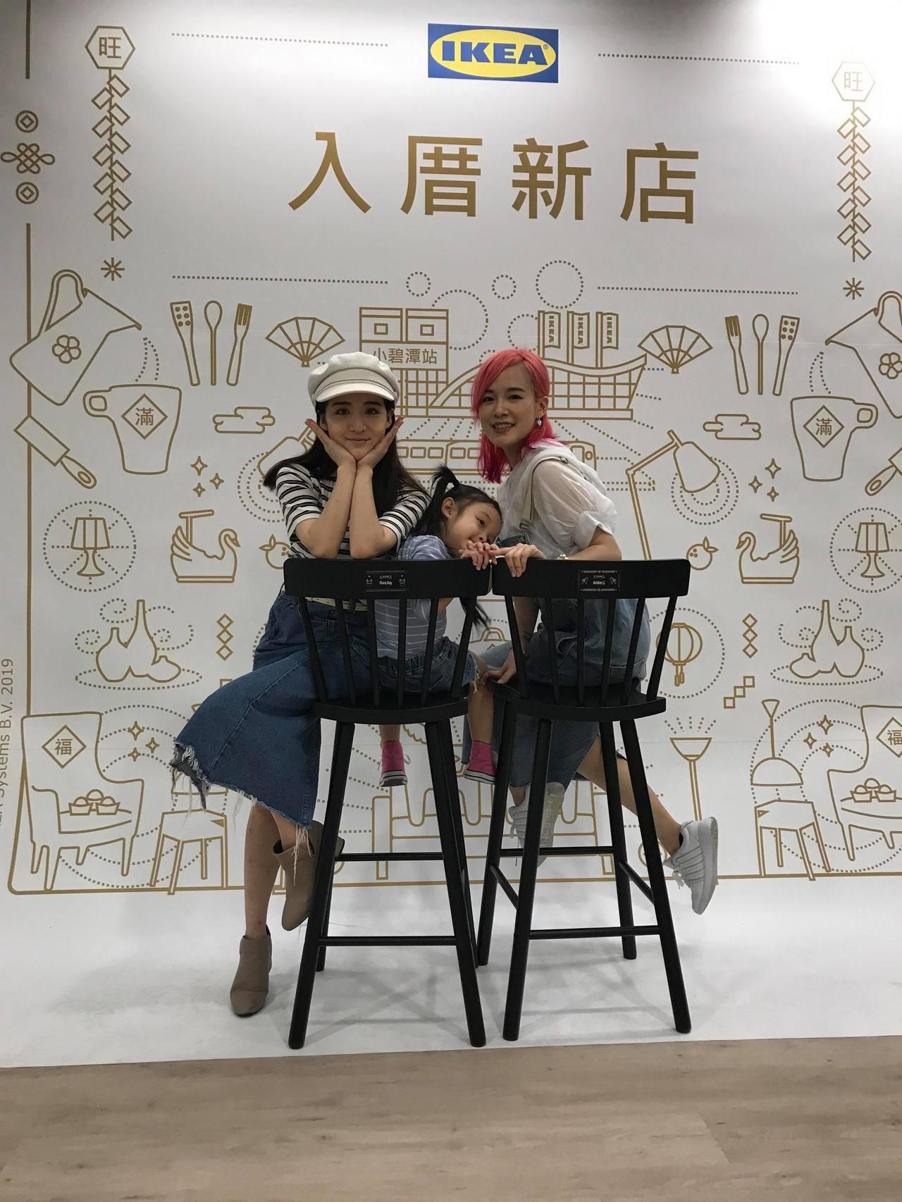 網紅花花、Amber參加IKEA新店店安椅活動,親手組裝刻有自己名字的餐椅。記者...