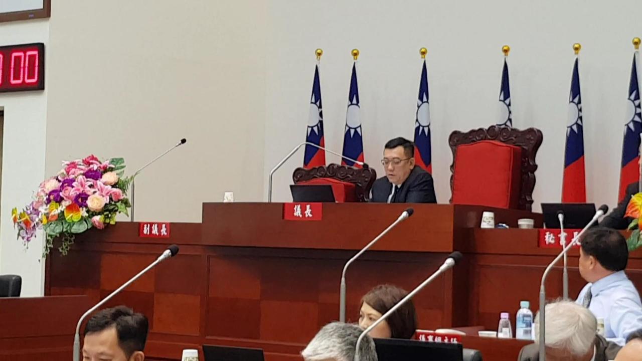 新竹市議會議長許修睿為守護毛小孩,提案推動新竹市動物保護自治條例草案,今天在議會...