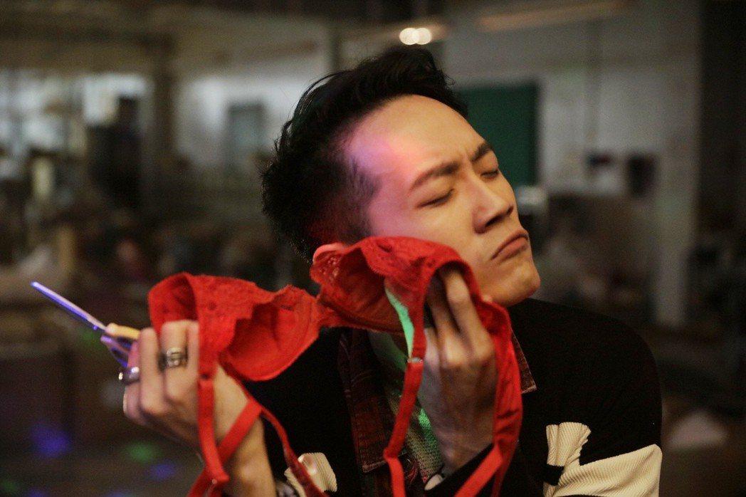 詹博翔在片中當女性內衣設計師。圖/丙午駒電影提供