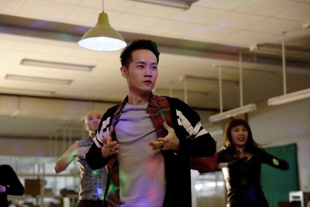 詹博翔大跳「解掉凶兆」舞。圖/丙午駒電影提供