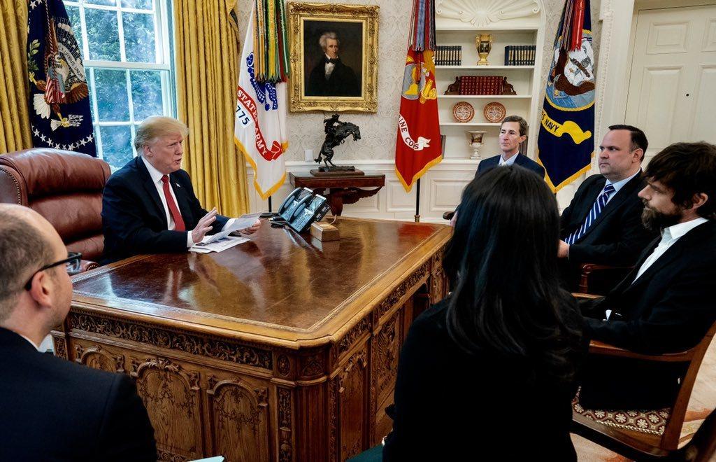 社群媒體推特創辦人兼CEO傑克多爾西,23日受白宮邀請與美國總統川普進行30分鐘...