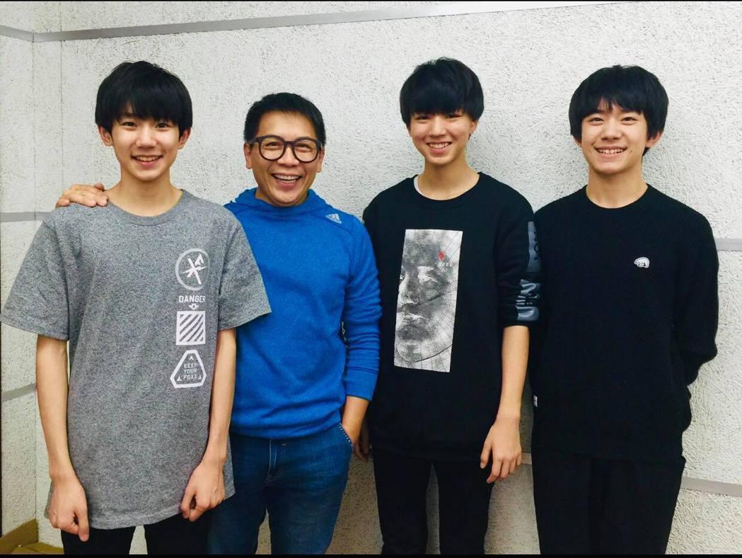 許傑輝(左二)目前是表演設計老師,在兩岸教學無數,當紅炸子雞TFBOYS就是他的...