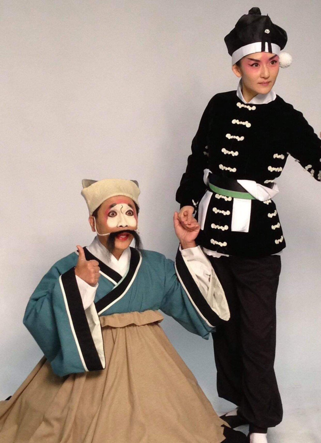 大陸知名主持人謝娜(右)和許傑輝一起上課演武松和武大郎。圖/許傑輝提供
