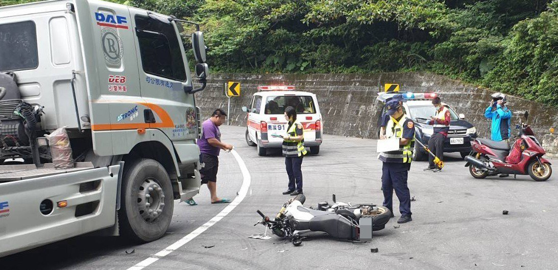 一名女機車騎士今天近午接近蘇花公路119公里處的新澳隧道南口附近,疑因在彎道超車...