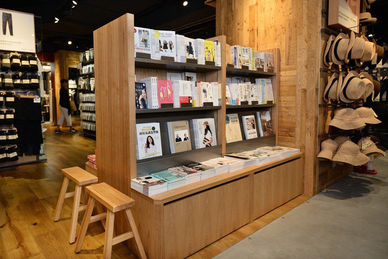 MUJI無印良品巨蛋門市提供以穿搭、居住空間設計及親子共讀為主題的生活選書。圖/...