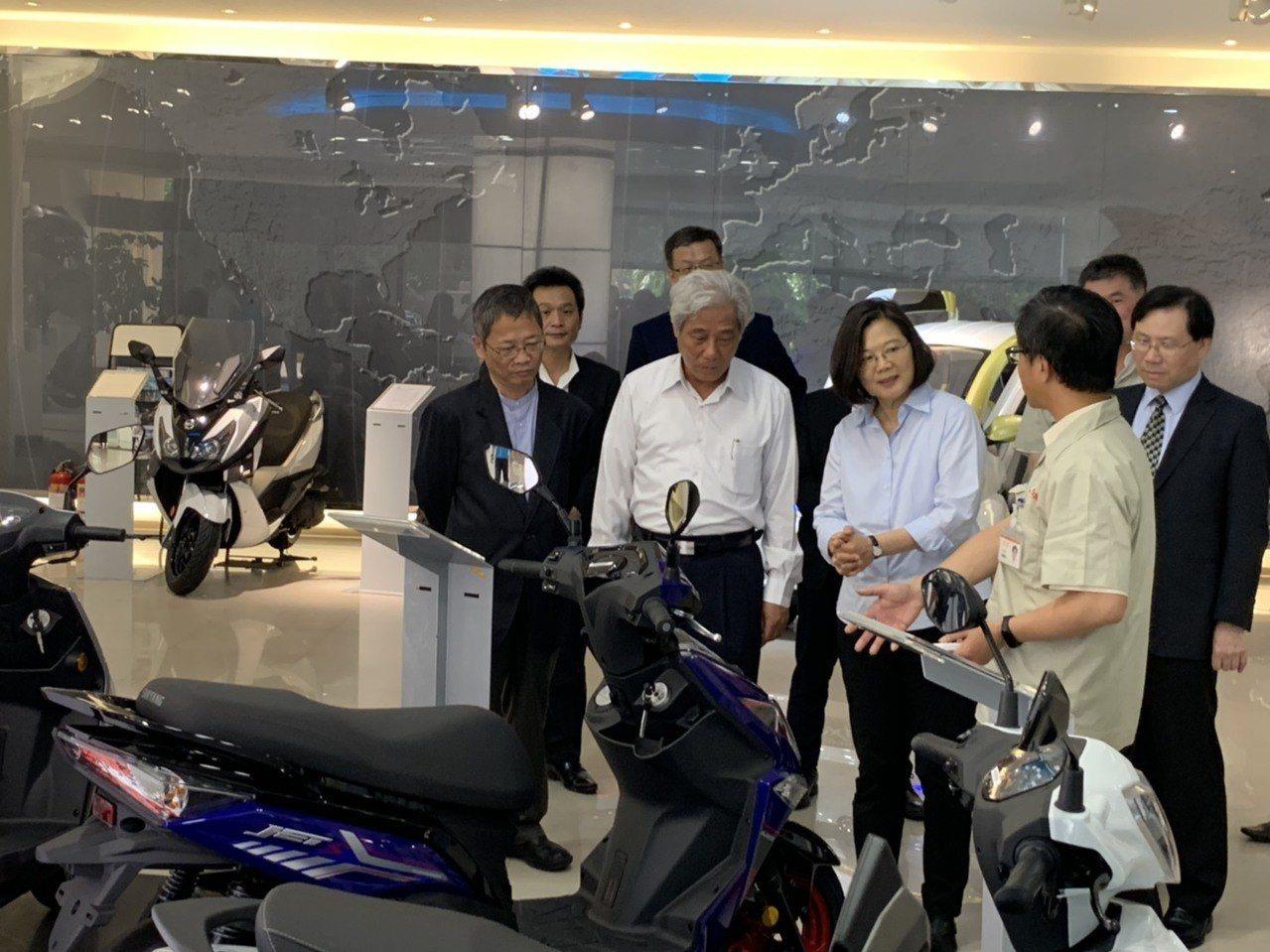 總統蔡英文今天下午首站抵達三陽工業參訪,聽員工介紹各式車款。記者陳斯穎/攝影