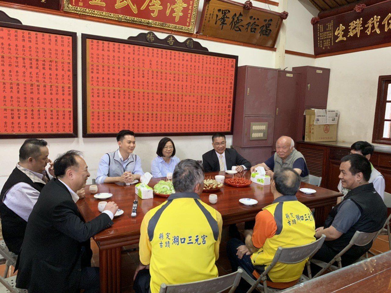 總統蔡英文在湖口三元宮內與地方人士茶敘。記者陳斯穎/攝影