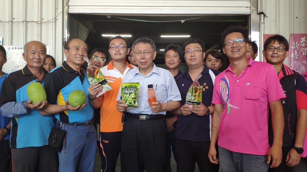 台北市長柯文哲(中)有意跟新北、台中一樣讓營養午餐吃有機蔬菜。記者李京昇/攝影