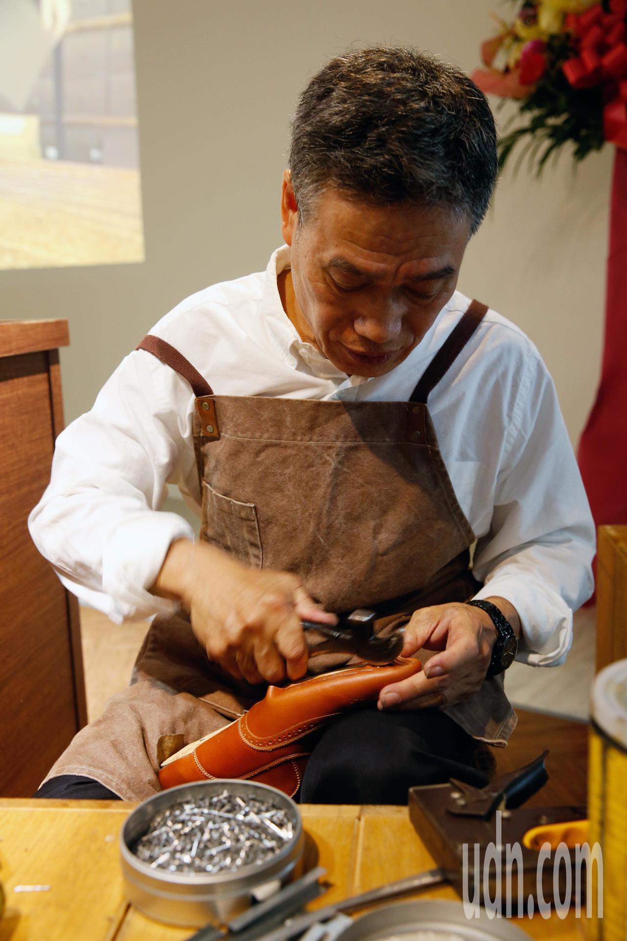 桃機公司、台灣宅配通與林果良品下午在機場第二航廈舉行「履程-台灣製鞋工藝特展」,...