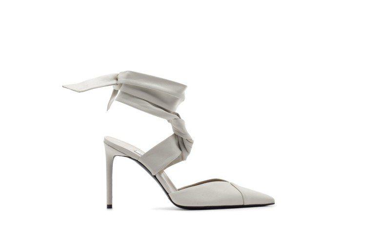 象牙白小羊皮綁帶高跟鞋,售價28,800元。圖/Max Mara提供