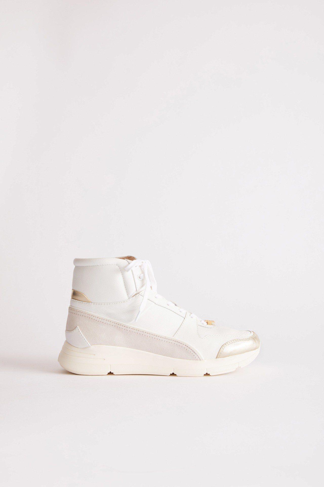 白色高筒拼接運動鞋,售價17,800元。圖/夏姿提供