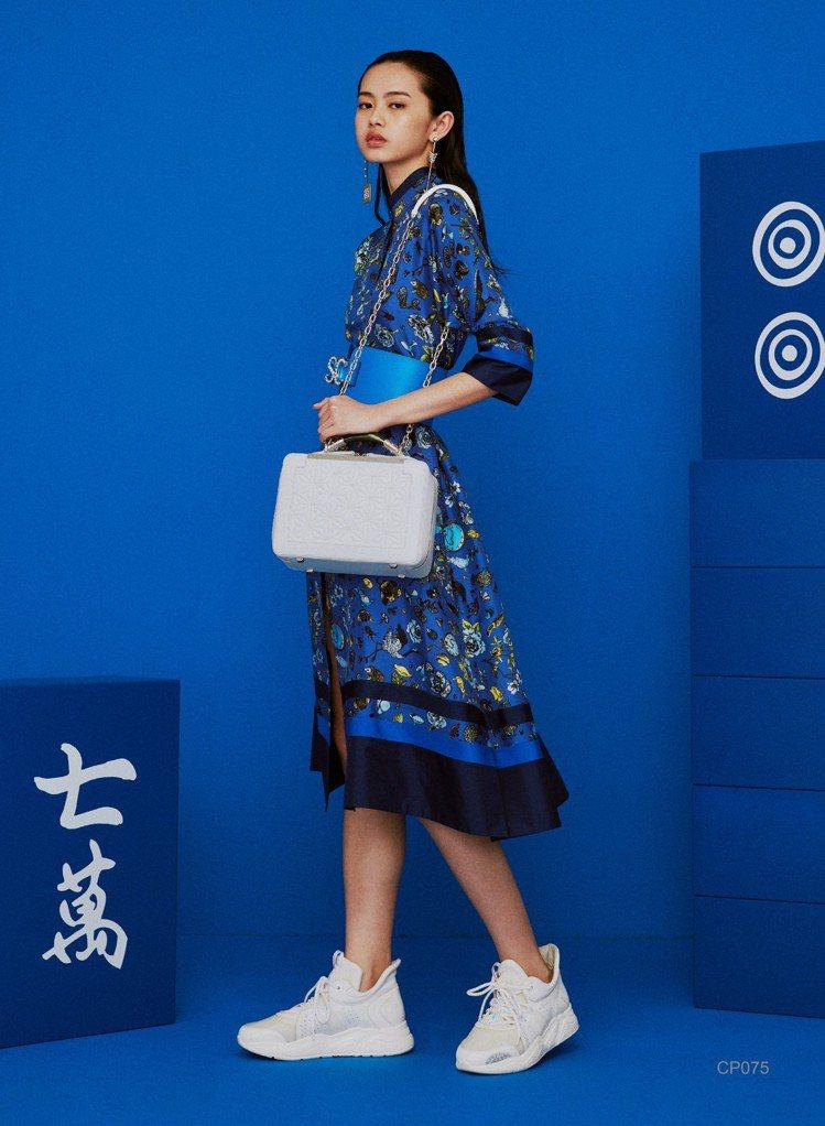 獨家開發圖騰洋裝,售價35,800元。圖/夏姿提供