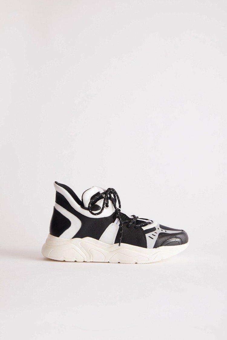 黑白撞色拼接運動鞋,售價15,800元。圖/夏姿提供