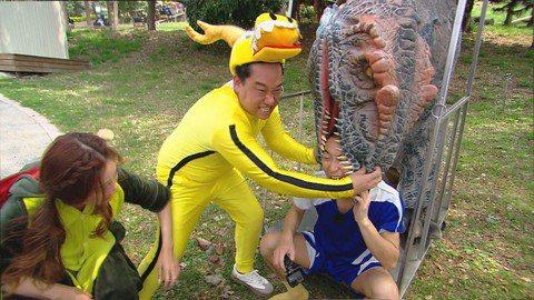 「綜藝新時代」來到彰化百果山恐龍園區玩躲貓貓遊戲,浩子隊為了勝出能享受後頭的高級按摩全力拚命,在烈日下穿上重達50公斤的擬真恐龍裝要來混淆阿翔隊的找尋,穿上恐龍的逼真模樣也讓現場人員嘖嘖稱奇,沒想到...