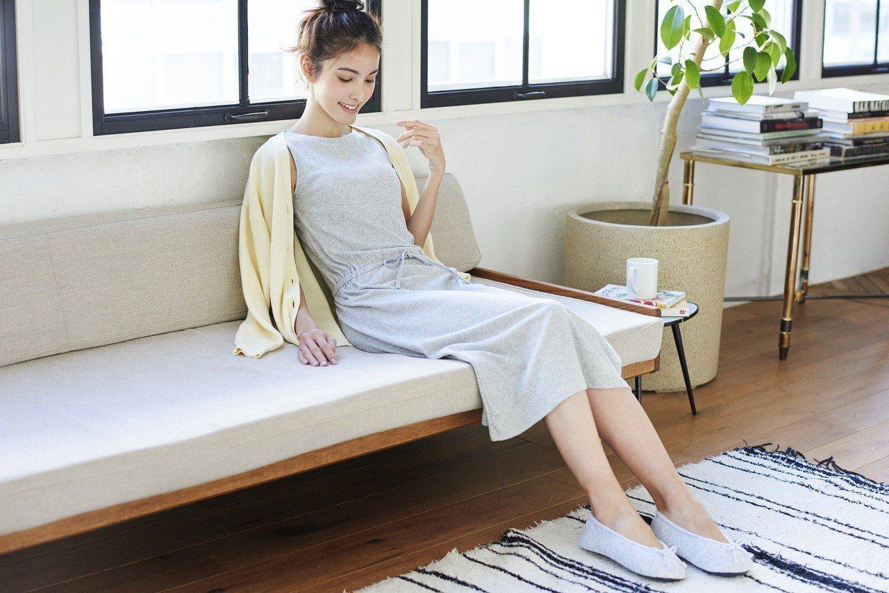 網路商店獨賣款,輕便長洋裝 (無袖)售價790元。圖/UNIQLO提供