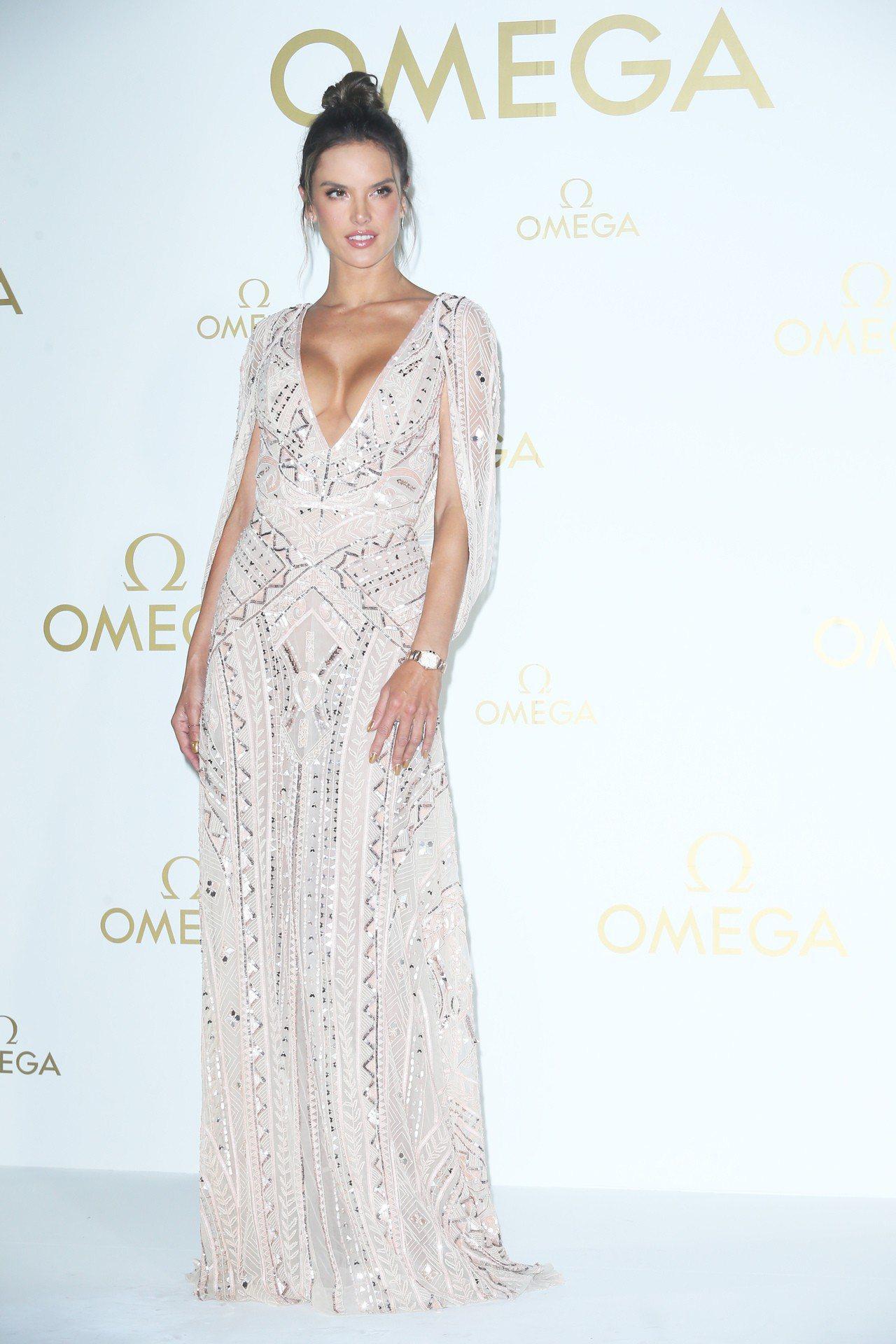 超模Alessandra Ambrosio換上低胸貼身剪裁的象牙鑲幾何亮片禮服,...