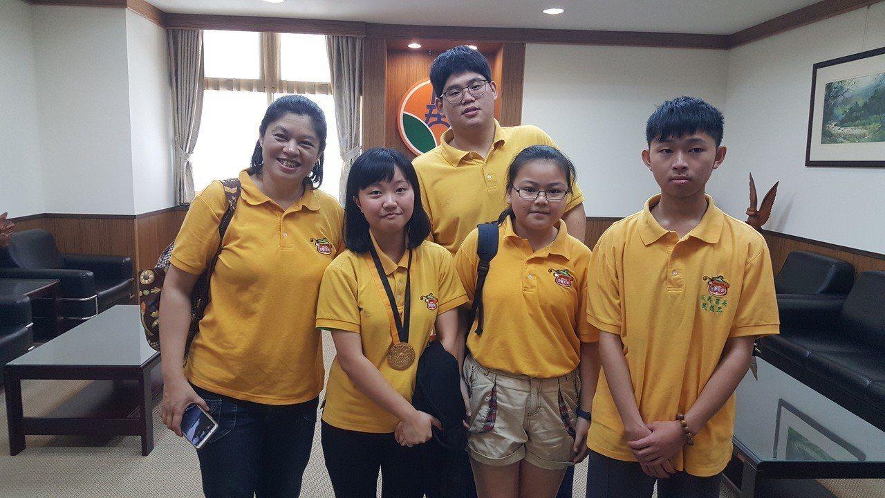 三義「溫馨廚房」學生志工團隊成員葉俐君(前排左二)、年紀最小志工潘姿頻(右二)、...