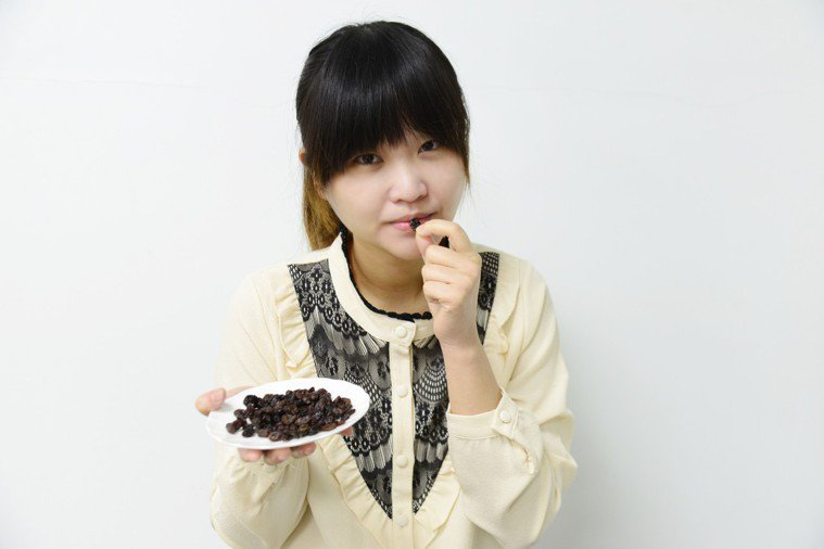 吃葡萄乾可用來練習正念。圖/大林慈濟醫院提供