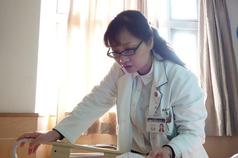 臨床心理中心陳可家主任在心蓮病房關懷病患。圖/大林慈濟醫院提供