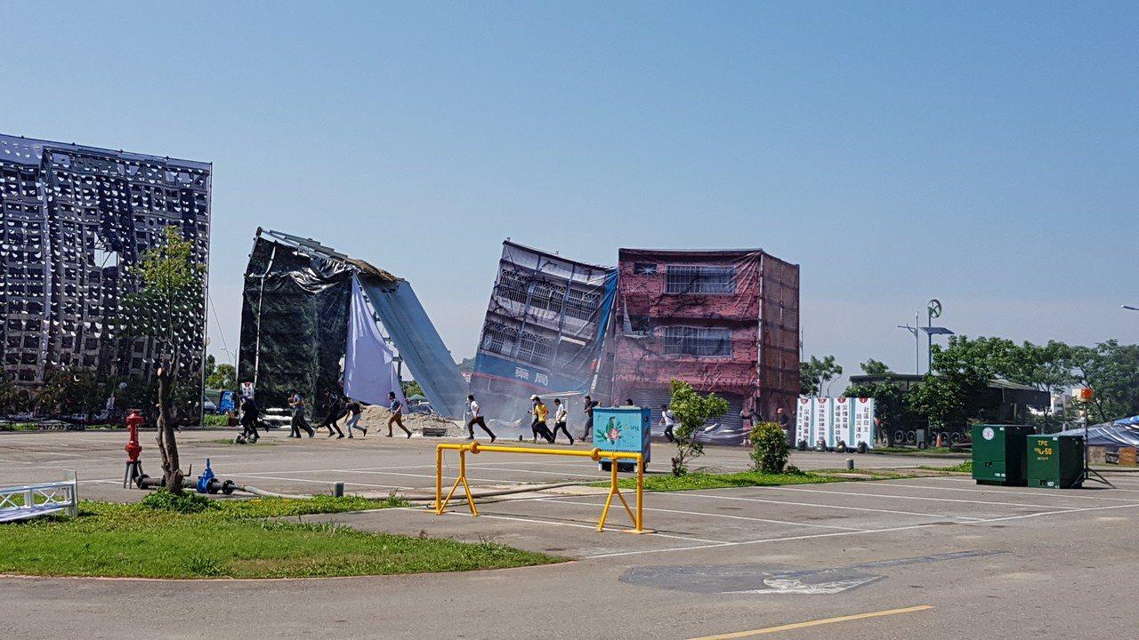 新竹市歷年來最大規模的民安5號演習,模擬大地震後房屋傾倒的救災狀況。記者黃瑞典/...