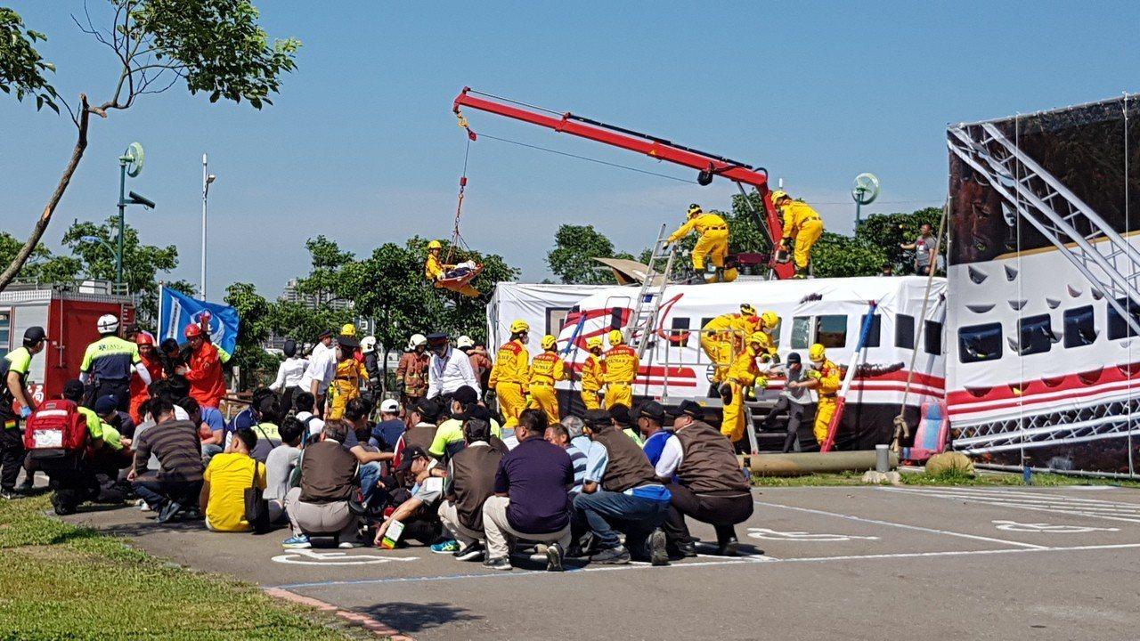 新竹市歷年來最大規模的民安5號演習,模擬大地震後普悠瑪列車出軌的救災狀況。記者黃...