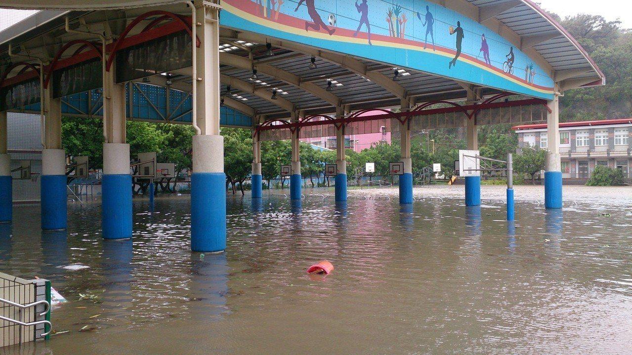 豪雨或颱風來襲時,低窪地區民眾飽受淹水之苦,新北市水利局針對當地淹水問題,在新北...
