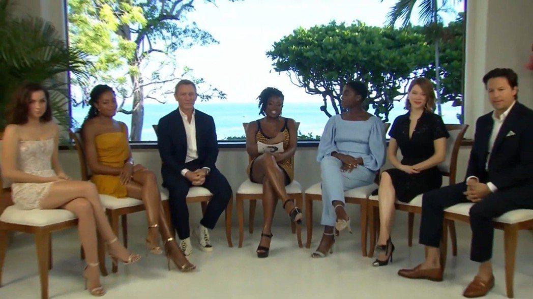 丹尼爾克雷格(左三)與第25集007電影的導演、4位重要女角一起接受女主持人的訪