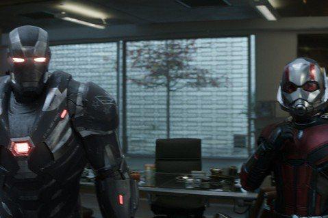 漫威超級大片「復仇者聯盟:終局之戰」在台上映首日就賣了8057萬元,締造台灣影史單日最高票房等10項光榮新紀錄。由於劇組嚴守情節秘密,不少觀眾趕在第一時間衝進戲院,免得提前被爆雷,看片過程更是不時流...