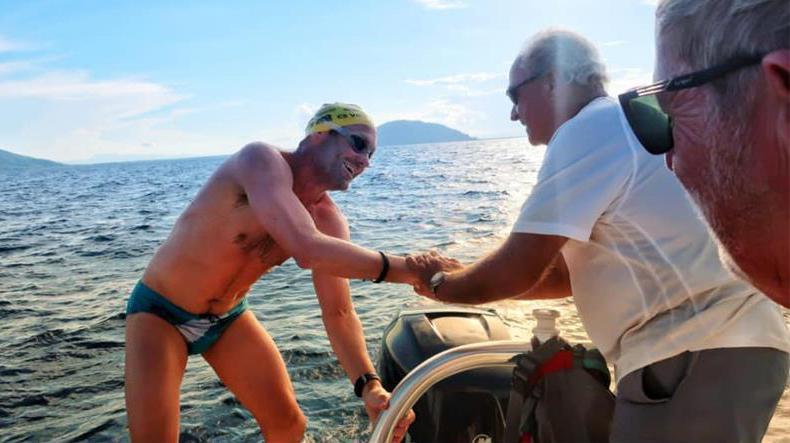 完成挑戰的霍伯斯接受親友歡迎。(取自Solo swimmer臉書)