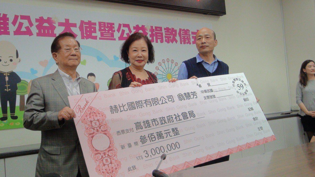 到新加坡發展有成的企業人士姚曉東(左)、翁慧芳夫婦很不捨,兩人到涭家時捐款300...