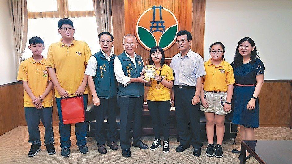 苗栗縣長徐耀昌(左4)接見三義「溫馨廚房」志工團隊。 記者胡蓬生/攝影