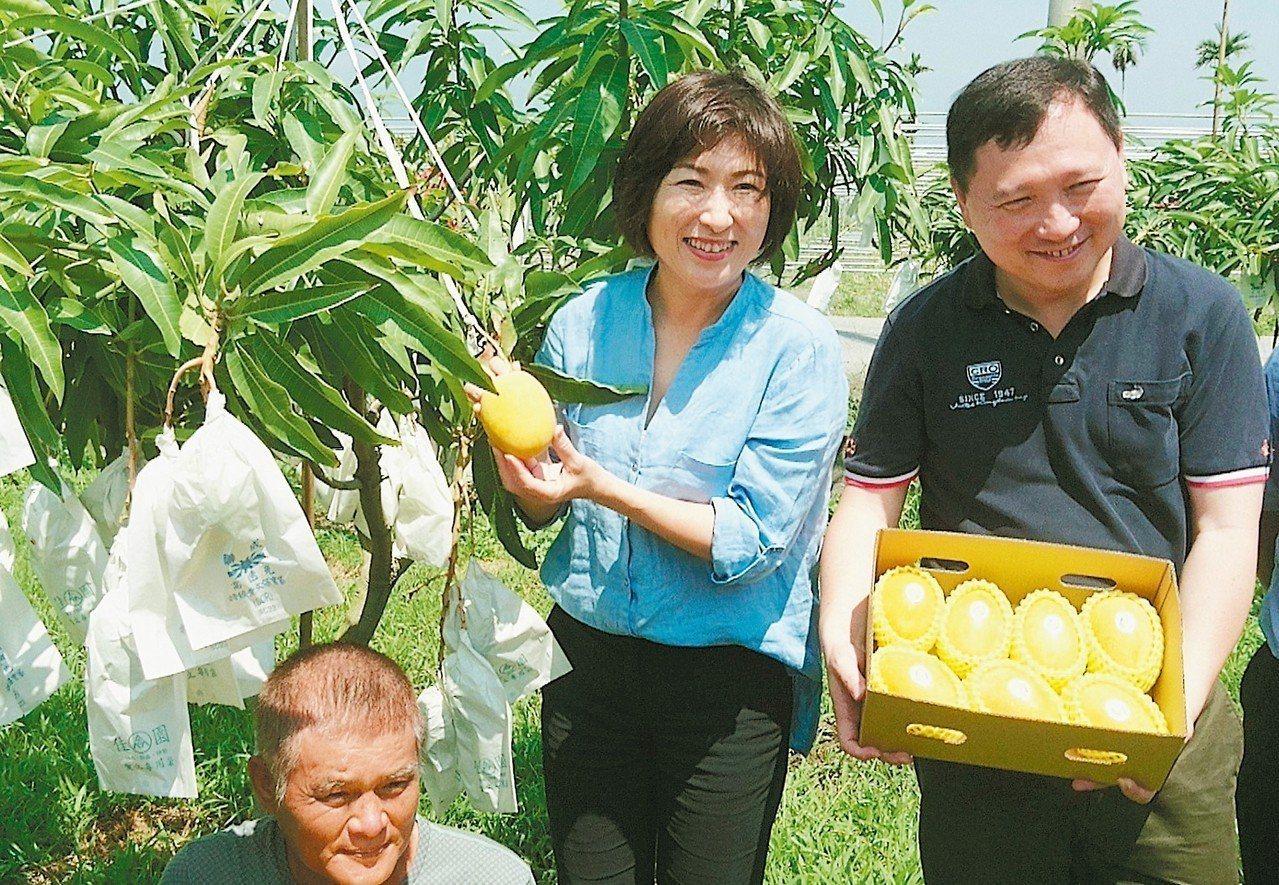台東縣長饒慶鈴(左)為農民創富的第一步驟就是建立夏雪芒果的品牌,並計畫在附近國家...