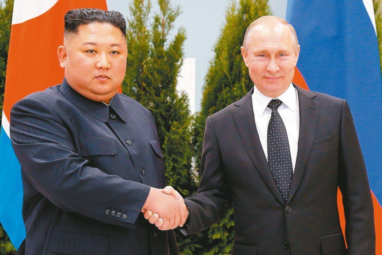 俄國總統普亭(右)和北韓領導人金正恩廿五日在俄國海參崴會面。 (法新社)