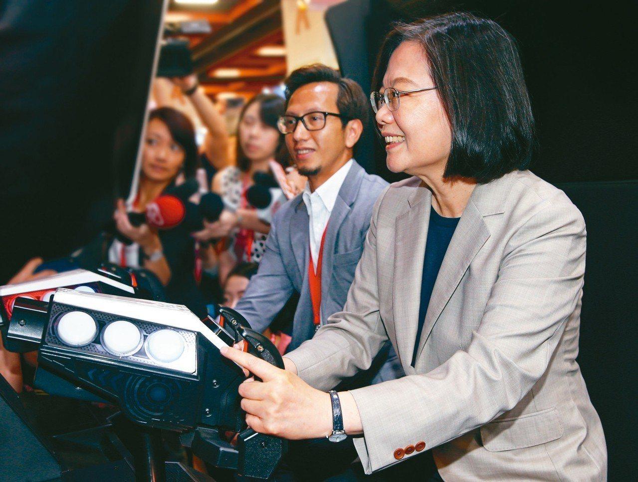 蔡英文總統(右)昨天前往台北世貿參觀台灣電子遊戲機國際產業展,蔡總統在開幕式後走...
