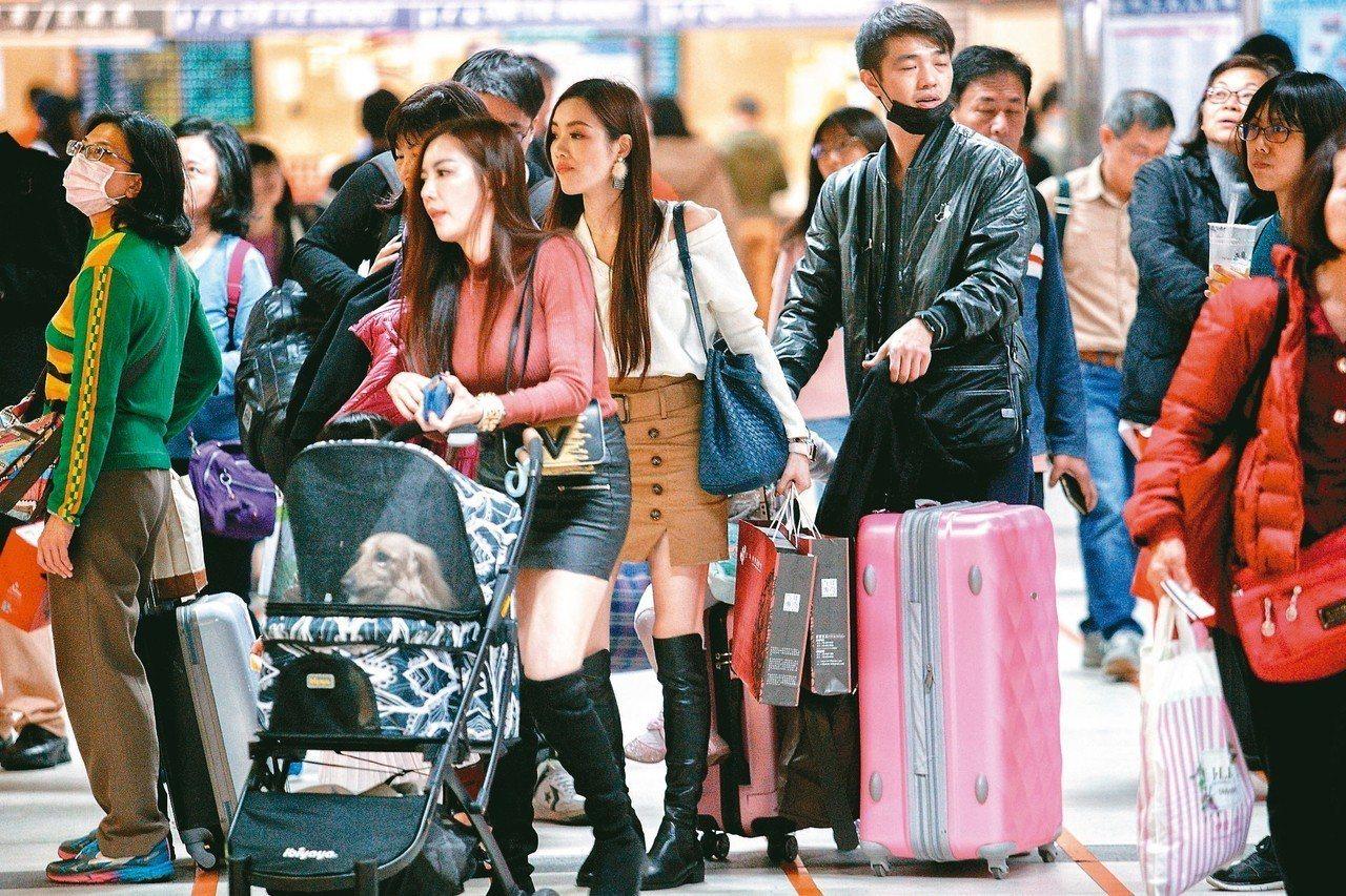 春節連假放六天或九天,行政院考量交通疏運和國人期望後,將透過「挪調」,未來至少七...
