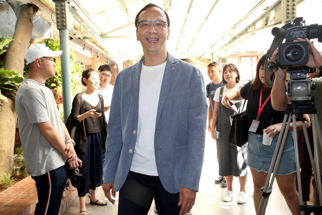 朱立倫昨天赴華山藝文中心,參觀CAMPER TIMELESSNESS台灣青年創作...