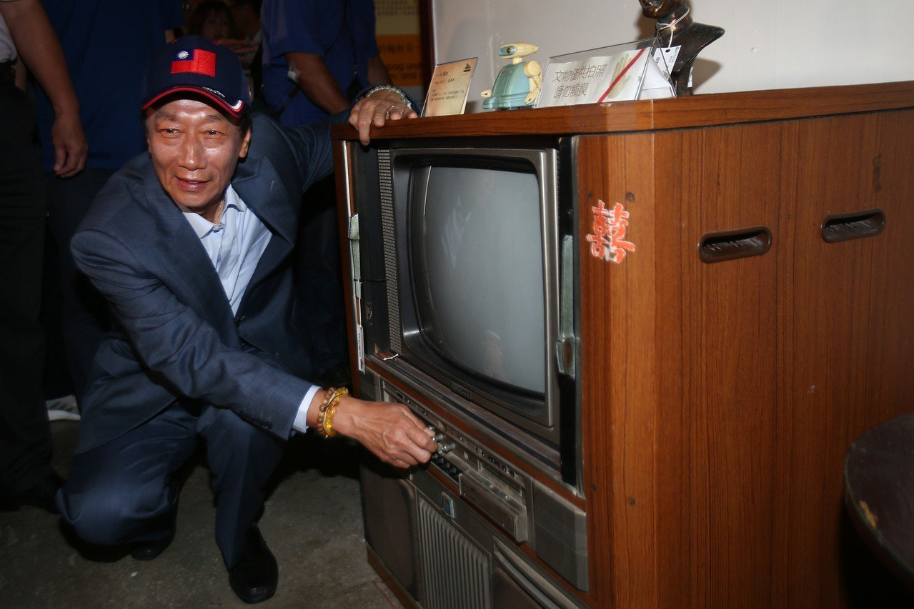 鴻海董事長郭台銘上午新竹市眷村博物館,回憶鴻海最先是做電視機旋鈕起家。記者蘇健忠...