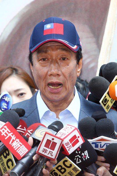 鴻海董事長郭台銘上午參觀新竹市眷村博物館,宣傳自己以「和平」為主軸的競選理念。記...