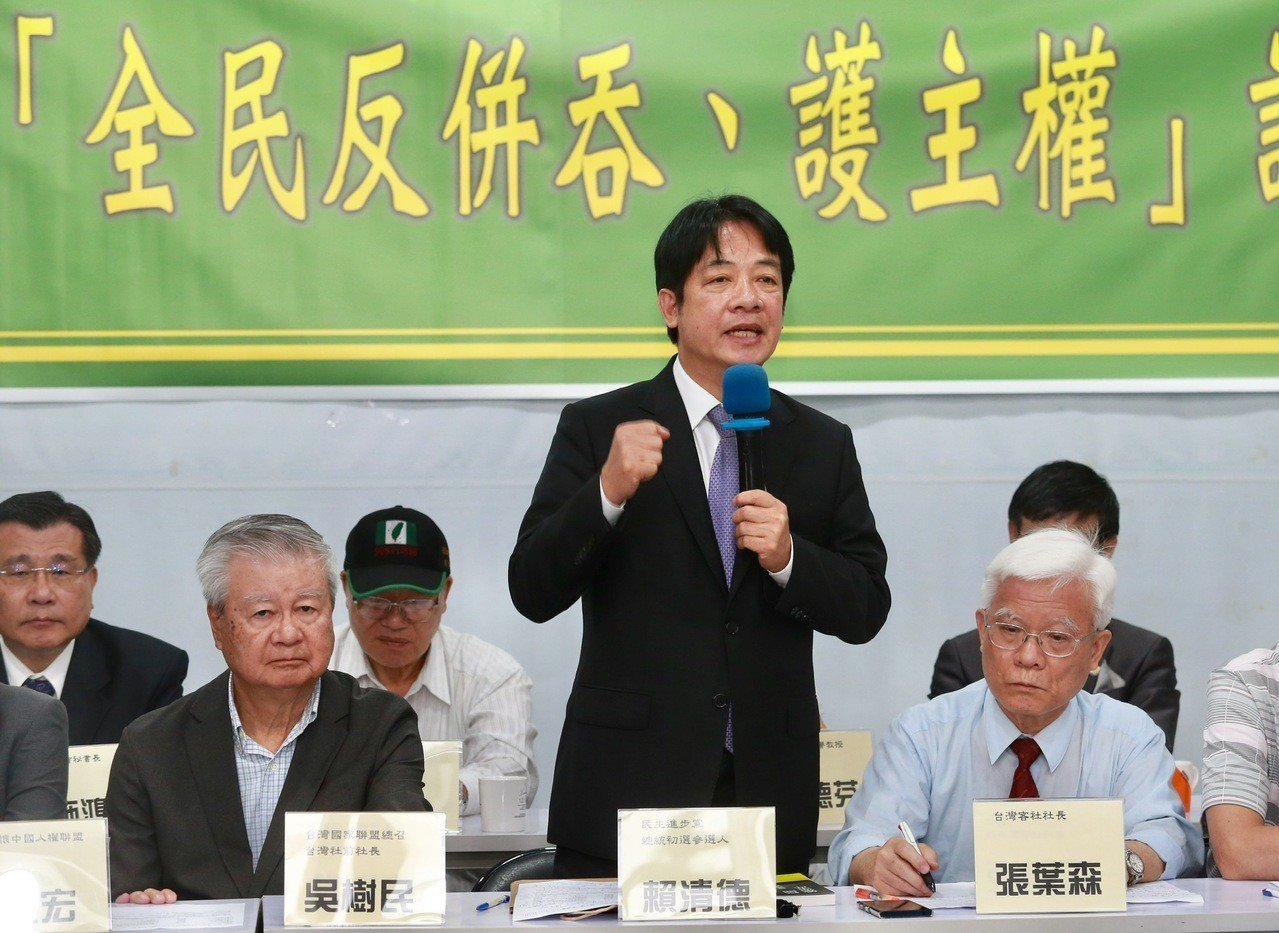 行政院前院長賴清德(中)批評民進黨中評會針對台南市跑票議員的決議。記者黃義書/攝...