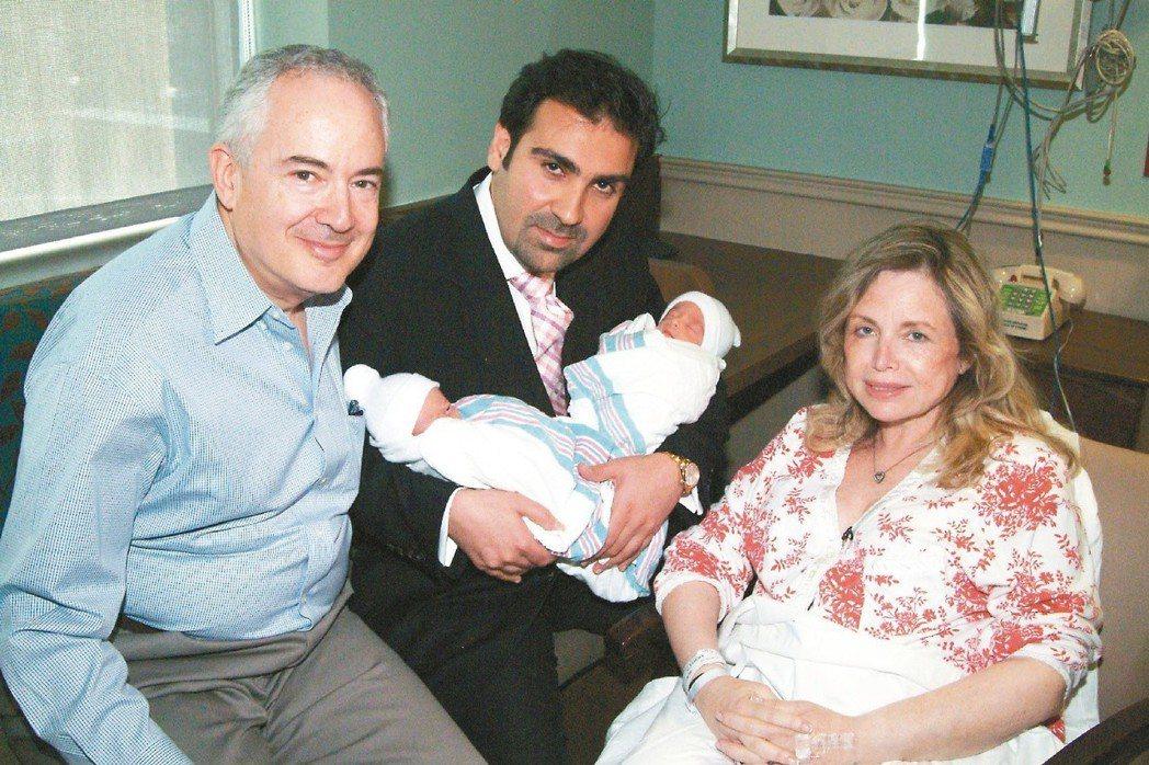 美國紐澤西州的芙莉妲‧柏恩邦(右)以六十歲高齡產下一對雙胞胎兒子,創下美國最高齡...