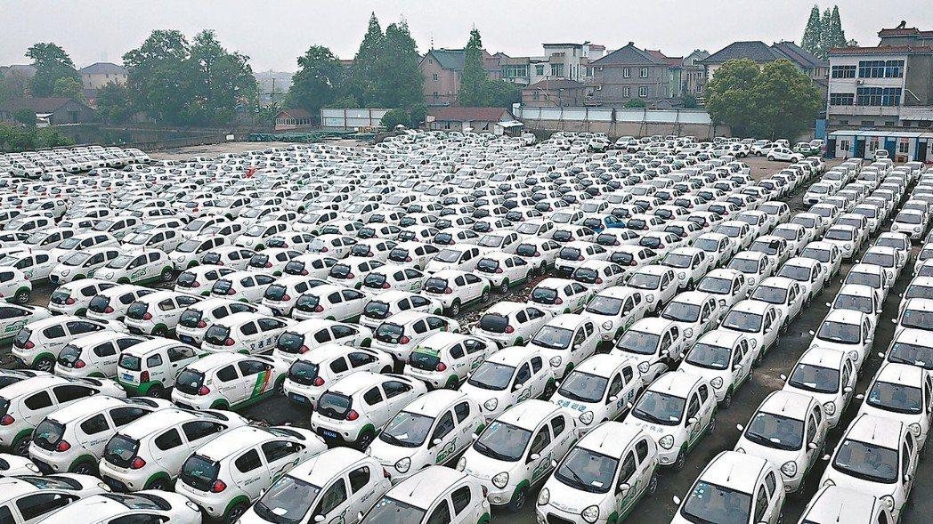 杭州錢塘江畔出現數千輛遭閒置的新能源共享汽車,引發關注。 (取自中新網)