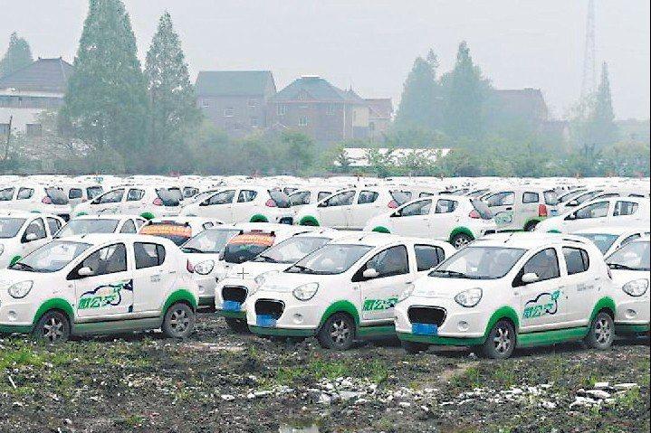 杭州錢塘江畔出現數千輛遭閒置的新能源共享汽車,引發關注。 中新網