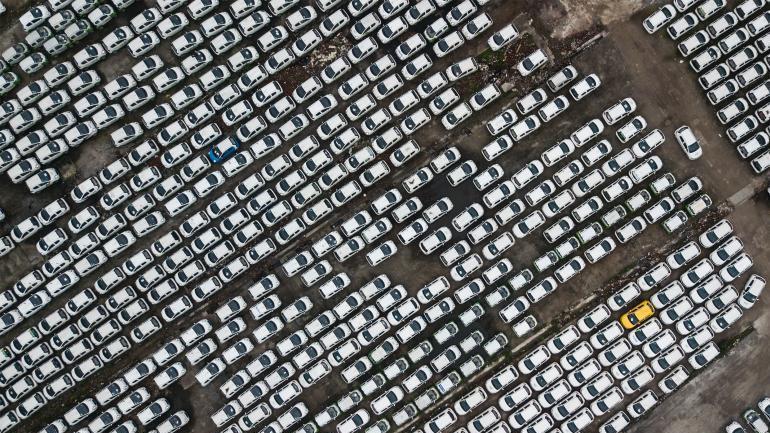 杭州錢塘江畔出現數千輛遭閒置的新能源共享汽車,引發關注。 圖/取自中新網