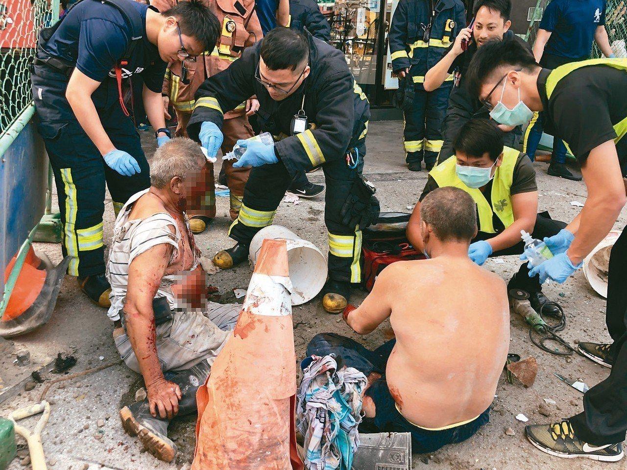 新北市板橋區篤行路三段上午發生下水道工程氣爆案,造成施工人員受傷,就護人員在現場...