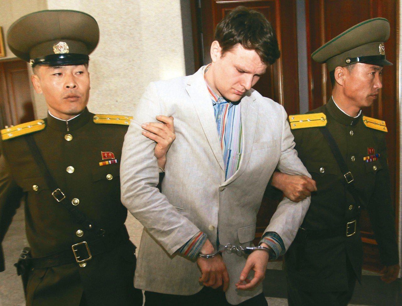 美國大學生溫畢爾(中)疑似遭到北韓刑求,2017年獲釋後旋即不治,但北韓當時要求...
