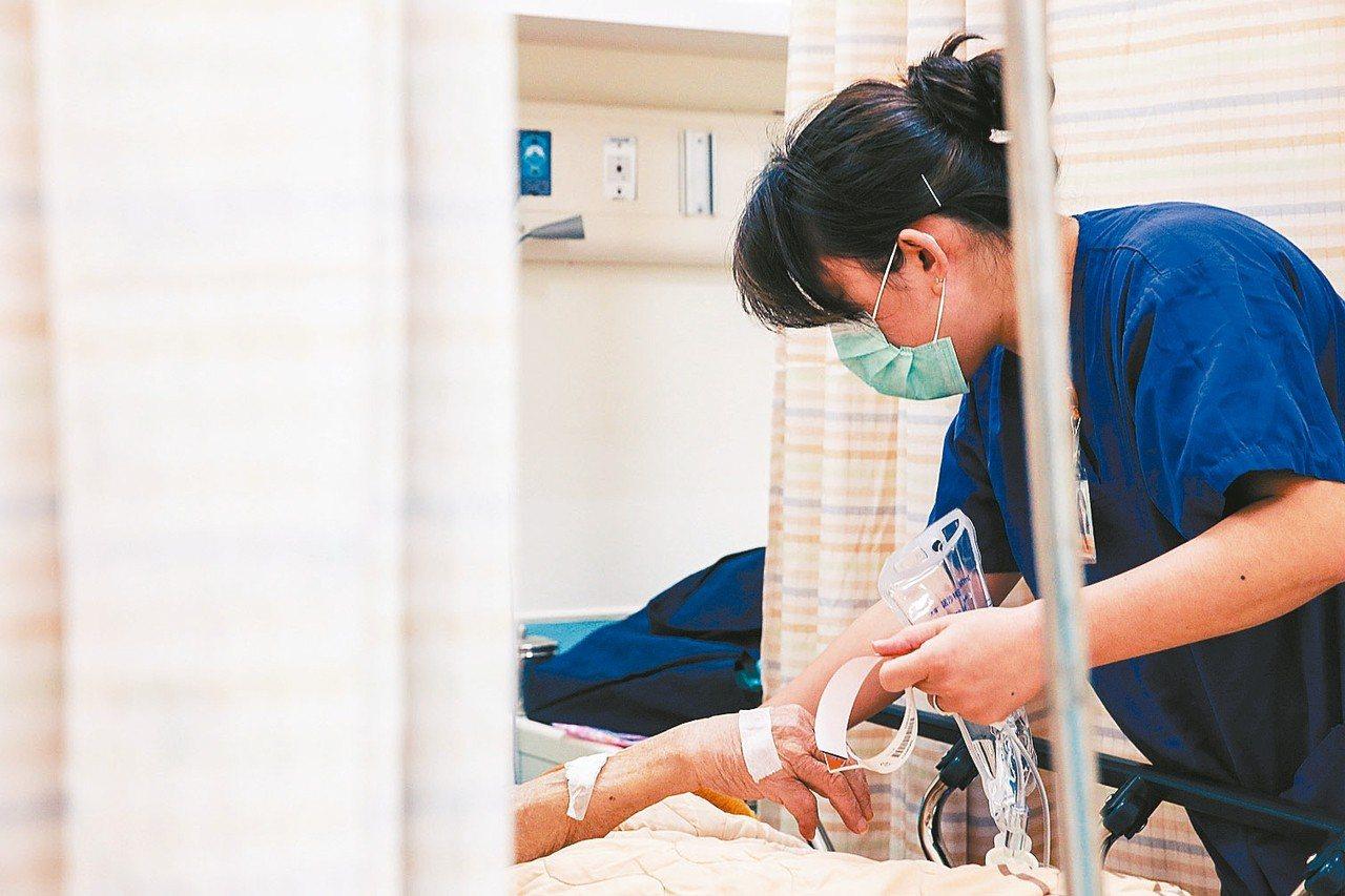 台大醫院前副院長王明鉅認為住院醫師的專科別、工作型態差異甚大,勞基法不足以確實保...