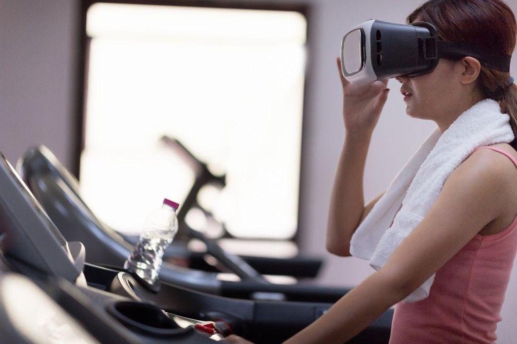 戴上VR頭戴式耳機,像是穿戴上運動員般的決心和意志力,讓你輕鬆燃燒卡路里。 美光...