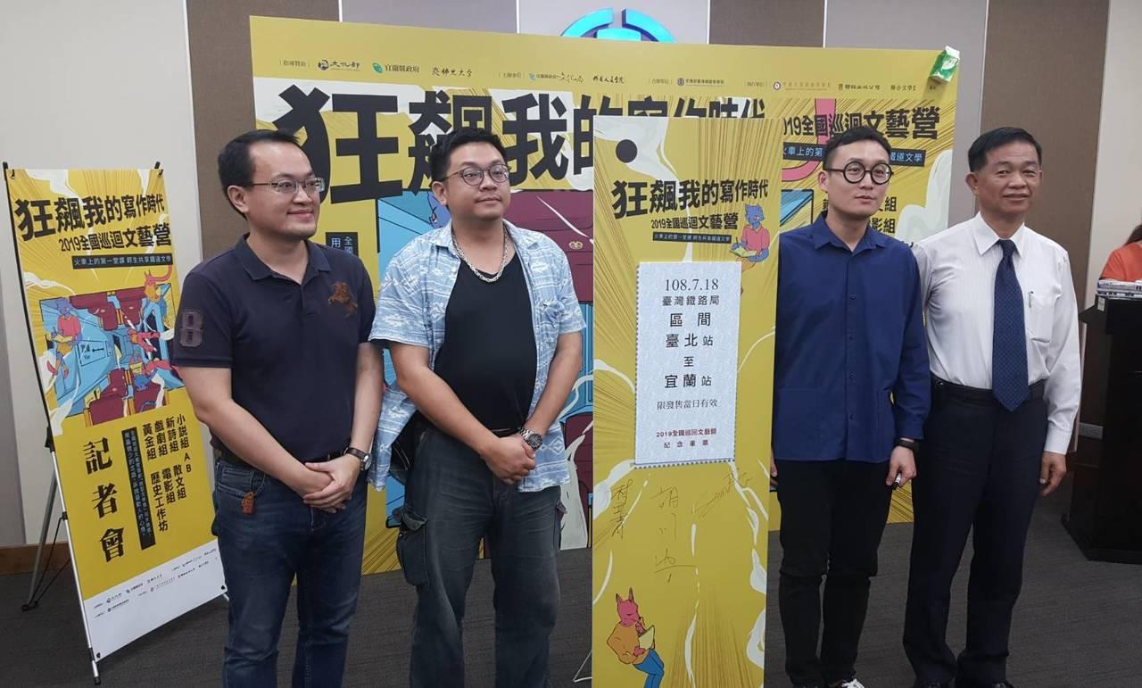 (右起)張政源局長、蘇文聖導演、林立青老師、胡川安老師等人,一同啟動全國巡迴文藝...